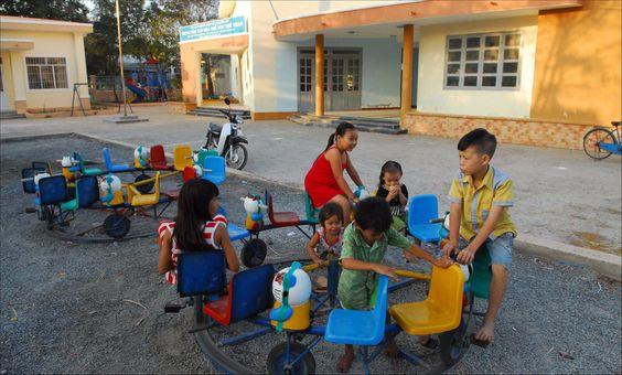 Những đứa trẻ cùng vui đùa trong nhà văn hóa trên đảo.