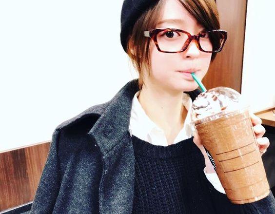 鼈甲の眼鏡をかけて大きなスタバのフラペチーノを飲んでいる小林涼子の画像