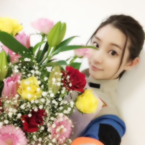 花束を持つ足立梨花