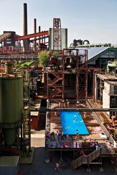 Zollverein (installation minière de charbon). La transformation de la zone minière du parc industriel est présentement en cours de conception par le bureau ASTOC. Pour le moment, plusieurs activités sont organisées dans ce secteur, soit des projections, du patinage en hiver, des installations artistiques ainsi que des activités touristiques. Pour en connaitre d'avantages, suivre le lien ici.