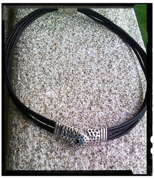 Gragantilla de cuero LUNAS, con decoración en metal plateado y cierre imán