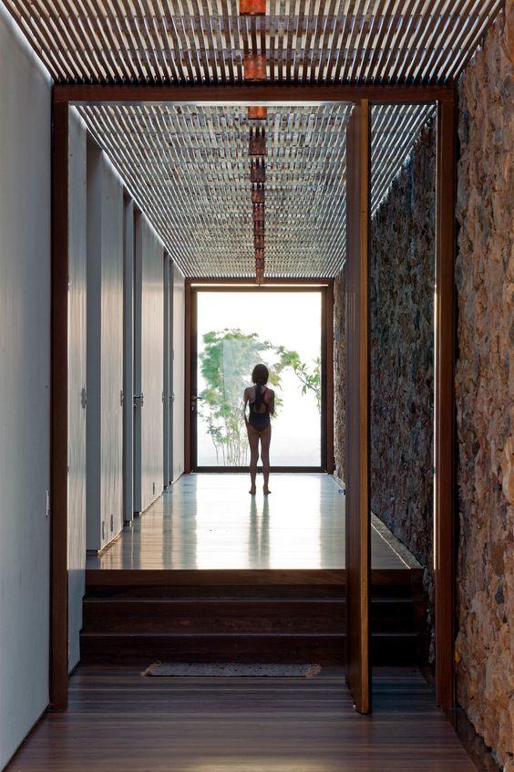 Uma característica marcante deste projeto foi o uso de ângulos não ortogonais a fim de orientar a vista e tornar os espaços menos rígidos.