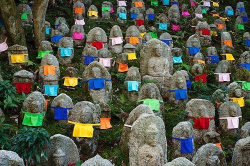 Usually only see red bibs in the Jizo gardens...I love how colorful this one is as alternative!
