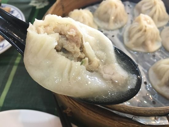 上台北小館 ものすごい量のスープが入っているローカル小籠包 : 食べ台湾!美味しい台北
