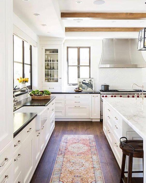 Beautiful kitchen inspiration #vintagerug #kitcheninspo #whitekitchen