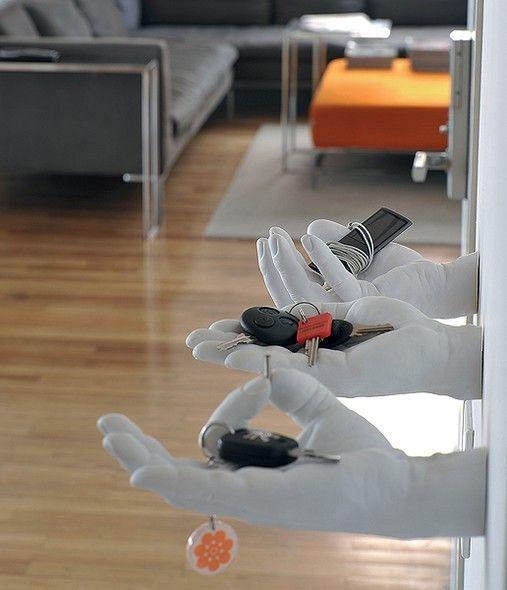 ótima ideia pra DIY, fazer molde da sua própria mão, em gesso e utilizar como porta chaves, trecos, etc.: