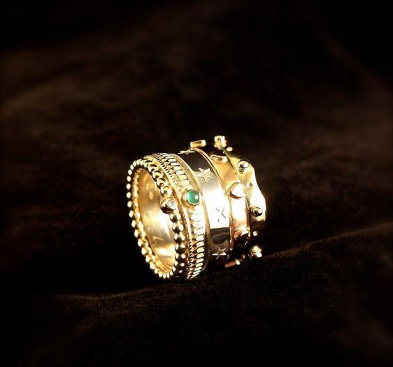 Wit-geel en rood gouden Damesring met Diamant en Smaragd, vervaardigd van 2 Trouwringen en nieuw goud.