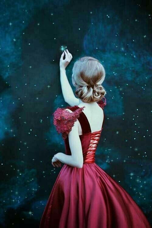 赤いドレスの女性がおしゃれでかっこいいスマホ壁紙
