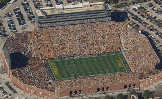 Iowa Kinnick Stadium I Wish They Would Fill In The Corners Like This Anyone Else Wish That Football Stadiums Stadium Iowa University