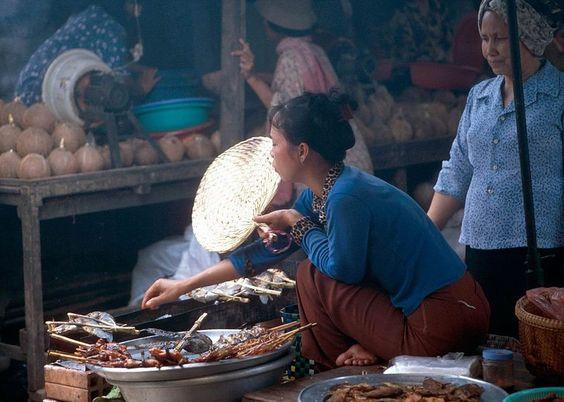 Một khu bán đồ ăn Khmer ở gần Tonle Sap