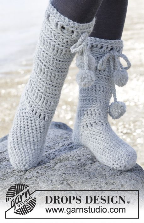 "Arctic - Crochet slippers in ""Eskimo"" ~ DROPS Design Free Pattern. Super chunky, 7 mm hook.  Sizes: US: 5/6½ - 7½/9 - 9½/10½  EU: 35/37 - 38/40 - 41/43:"