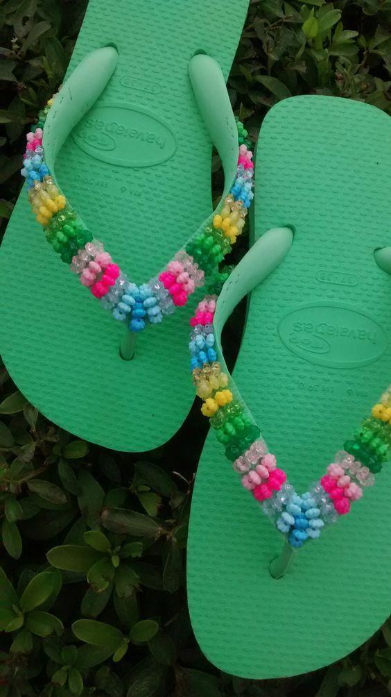 Chinelo Havaianas bordado com pedrarias, em degrade de cores. Disponível por encomenda em qualquer numeração, desde que haja a disponibilidade do material.