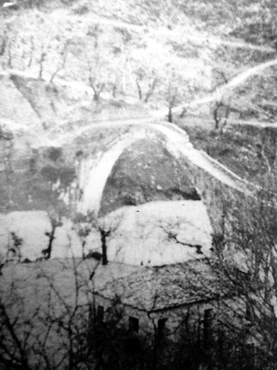 Το γεφύρι της Πλάκας βομβαρδισμένο απο τους Γερμανούς