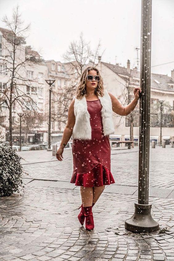Alessandra Linder com bota vermelha em um look plus size de vestido de couro e casaco de pelo sintético | Looks com bota vermelha | Pinterest | Vestido de couro sintetico, Vestido de couro e Couro sintetico