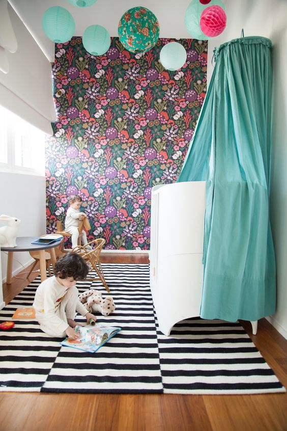 salle de jeux enfant avec papier peint