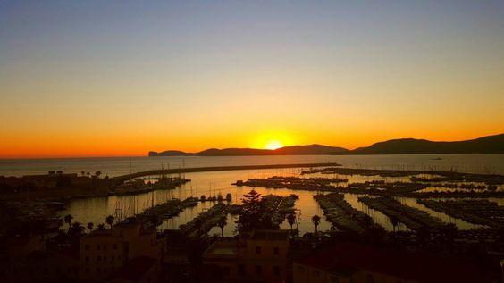 Sardegna-il porto di Alghero al tramonto