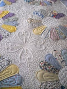 Dresden plate quilt. Quilting by Prairie Moon Quilts. Clover design by Judi…
