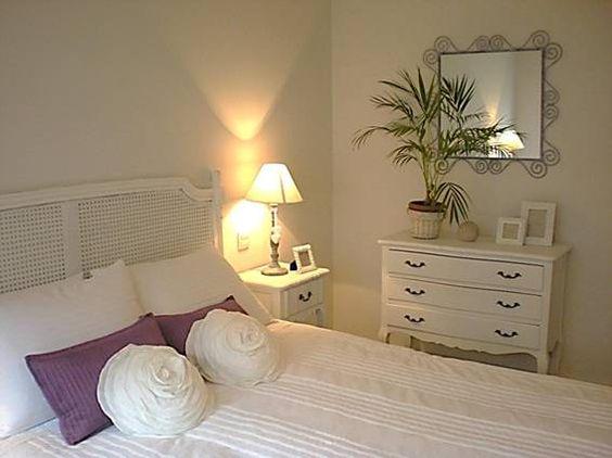 Comoda blanca deco atrezzo pinterest romantic - Como decorar una pared blanca ...