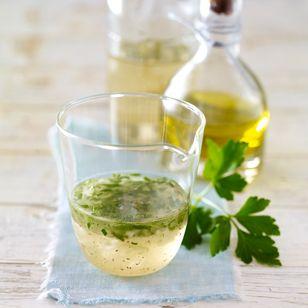 Salatdressing selber machen - nichts einfacher als das! Mit unseren Rezepten für Vinaigrette und Joghurtdressing kann gar nichts mehr schiefgehen.
