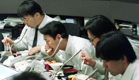 Un salarié zélé, adepte du sandwich avalé devant l'écran en guise de pause déjeuner, offre à son employeur 128 heures de travail non rémunéré, ont calculé des chercheurs britanniques.