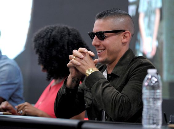 Theo Rossi Photos - Actor Theo Rossi signs autographs during Netflix/Marvel's 'Luke Cage' panel at Comic-Con International 2016 at San Diego Convention Center on July 21, 2016 in San Diego, California. - Netflix/Marvel's Luke Cage at San Diego Comic-Con 2016  NETFLIX
