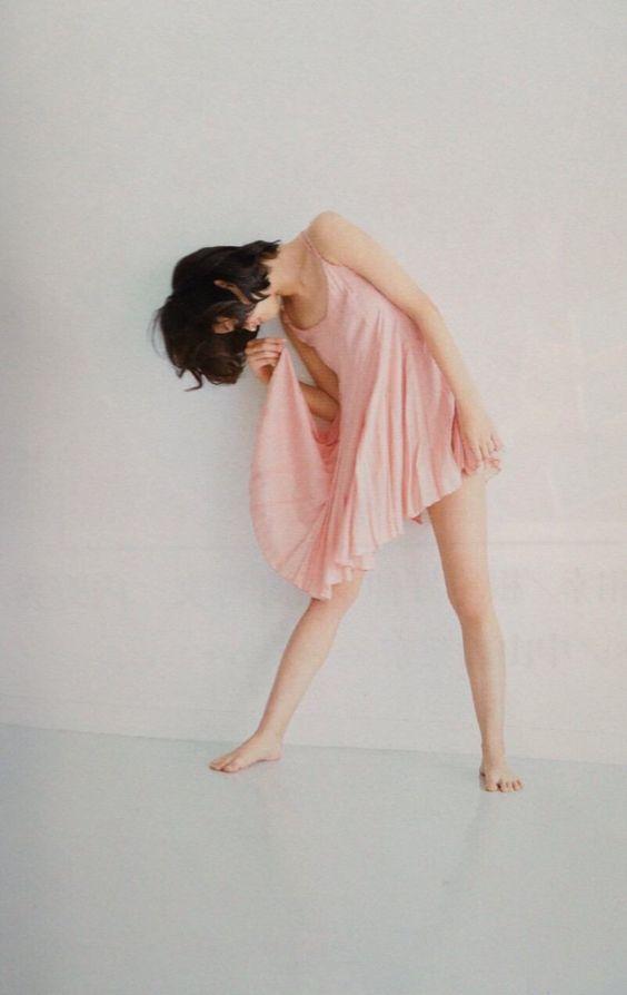 ピンクのワンピースを着て下を向いている小林涼子の画像
