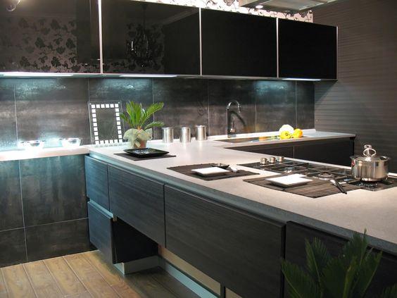Dunkle Küche mit Fronten in Holzoptik