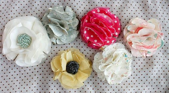 fabric flower tutorial - super easy, no sew flowers. Use them on hairbands or glue a little brooch clip on and pin them on anything!