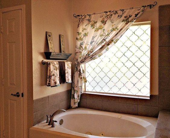 Haga su baño ~ más privado ~ congelando las ventanas usando papel de contacto. | 31 Trucos baratos para hacer de tu baño la mejor habitación de la casa