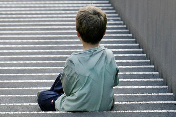 Deutsche Psychoanalytiker warnen in einem Memorandum vor innerseelischen Katastrophen: Ganztägige Trennungen von den Eltern stellen extreme psychische Belastungen für die Kinder dar. Je länger die Fremdbetreuung, desto höhere Werte des Stresshormons Cortisol seien bei den Kindern nachweisbar.