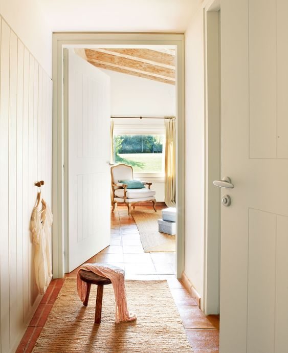 El vestidor. Armario empotrado diseño de Viladós Interiores y alfombra de Gra. Al fondo, cortina con un lino de Yutes, comprada en La Maison.