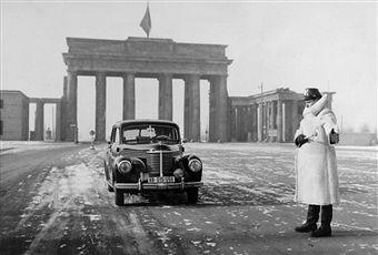 January 1954 A Western Journalist S Car Is Waved Through To Soviet Brandenburger Tor Stadt Neue Wache