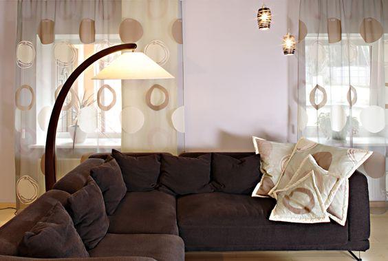 Accesorios y detalles de color, contrastan perfectamente en una habitación con luz natural y paredes blancas.