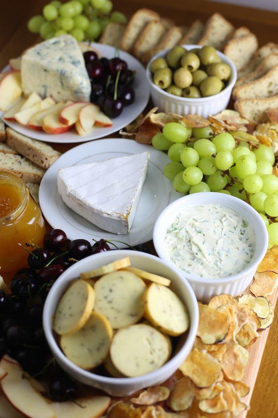 A tábua de queijos mais épica da sua vida! Uma variedade de queijos acompanhados de frutas, chips de batata doce e pão sem glúten. Perfeita, linda, deliciosa e vegetariana!