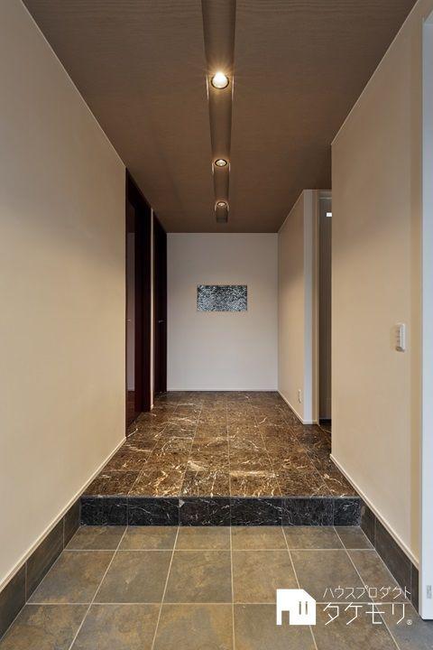 素材とデザインにこだわったラグジュアリーな家 玄関ホール 平屋