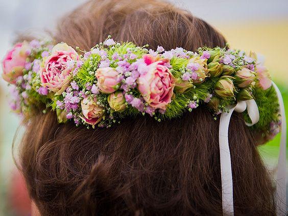 """Blumenkranz für die """"Braut"""" unserer goldenen Hochzeit! Natürlich passend zur Blumendekoration auf den Tischen. Süße Idee *-*  Fotografie: Stefan Herx www.festefeiern.by"""