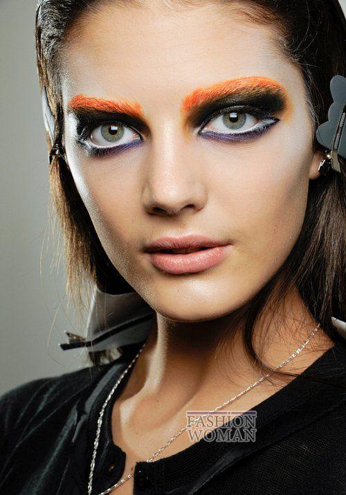 Яркие насыщенные изумрудные, лиловые, голубые, сиреневые, оранжевые - именно такие оттенки теней использовали многие визажисты, создавая образы моделей на показах осень-зима 2012-2013.Например, на шоу Roberto Cavalli у моделей