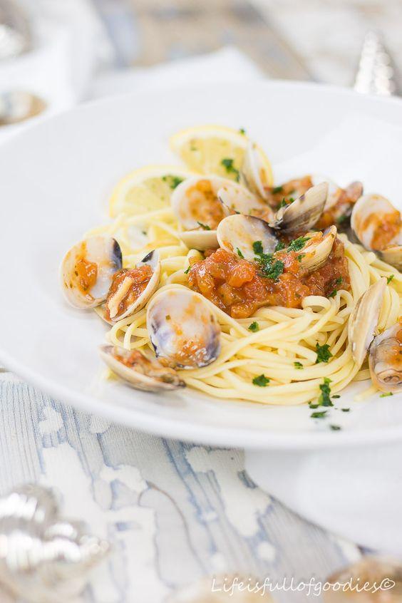 Spaghetti Vongole. Warum dieses Gericht Kindheitserinnerungen und Heimatgefühle in mir hervorruft, das erfahrt ihr heute auf meinem Blog. Rezept gibt´s dazu