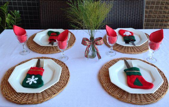 Mesa posta em clima natalino para almoço informal.