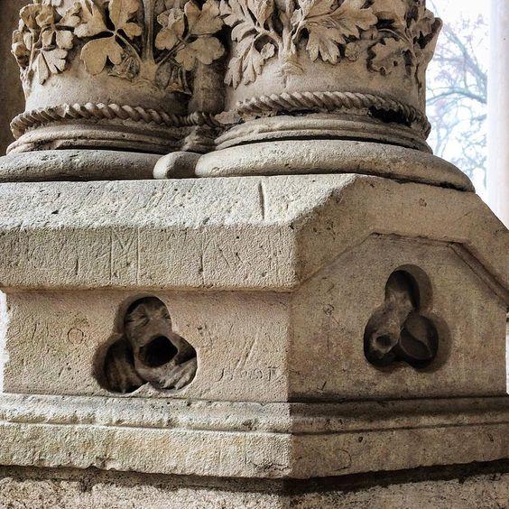 The North portal of Chartres Cathedral. Poor prisoners ????What are they? ???????? Шартрский собор волнует, возмущает, тревожит воображение. В колонне Северного портала томятся заключенные ????Они выглядывают через крошечные отверстия, лица искажены криком ужаса и отчаяния. Кто эти существа? ???? #гидвшартре #шартр #шартрскийсобор #chartres #chartrescathedral #guideinchartres: