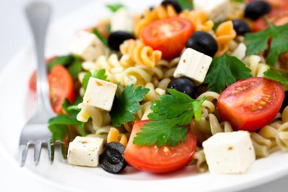 Esta receta se prepara en menos de 20 minutos y sabe deliciosa. Incluye los sabores de una ensalada griega pero con pasta.