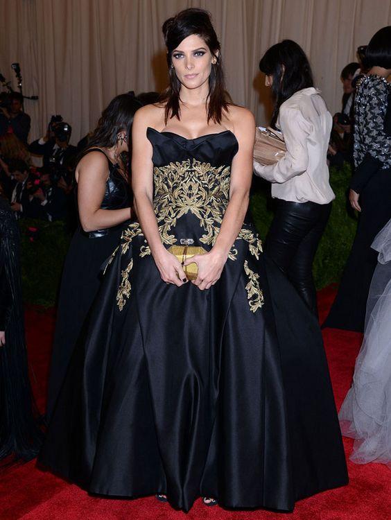 #AshleyGreene , con un #vestido barroco de voluminosa falda.