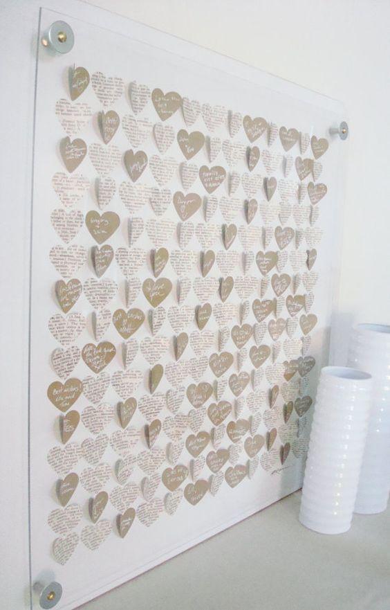 un tableau r alis avec des coeurs sign s par les invit s et des coeurs d coup s dans du journal. Black Bedroom Furniture Sets. Home Design Ideas