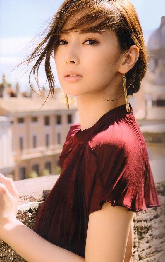 赤いお洋服の北川景子