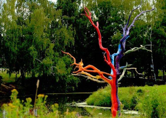 Parfois, au jardin, quand un arbre meurt, un décor artistique naît. Explorons le potentiel décoratif insoupçonné qu'une souche d' arbre mort a à nous offrir