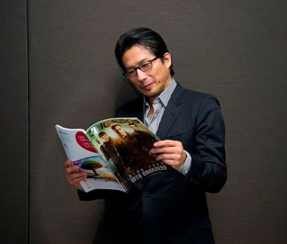 雑誌を読む真田広之