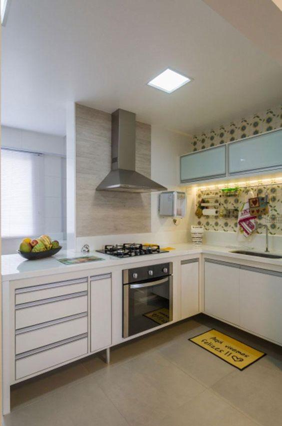 Azulejos coloridos para um ar jovial.  http://www.decorfacil.com/55-cozinhas-em-l/