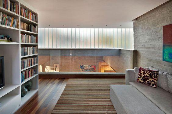 Abertura vidro jateados, visibilidade andar inferior, gesso liso, negativos, piso Madeira, concreto