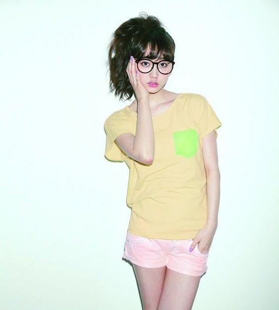 黄色いシャツを着用しメガネをかけている鈴木友菜