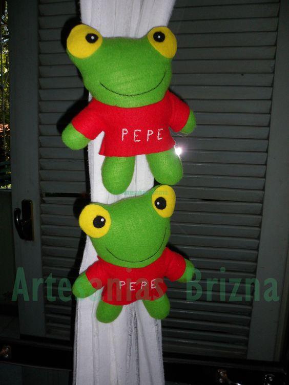 Sapo Pepe como sujeta cortinas